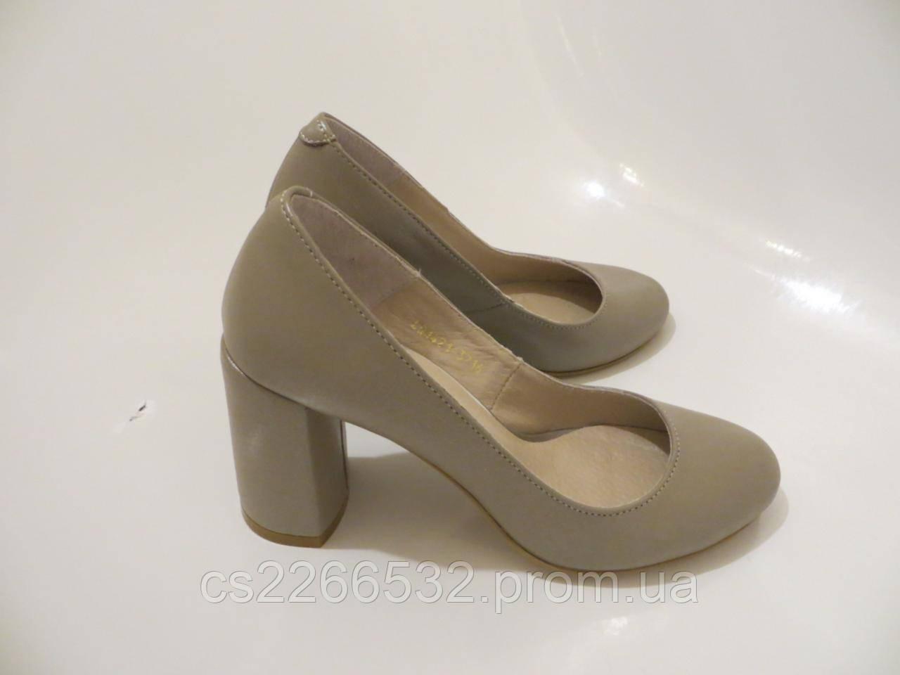 4b229c713a90 Кожаные туфли на каблуке бежевого цвета