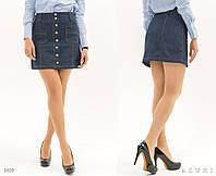Джинсовая короткая юбка декорирована заклепками