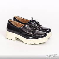 Черные закрытые туфли из натуральной кожи на белой подошве