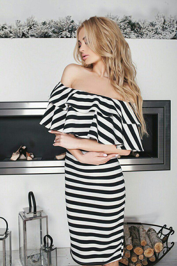 Платье облегающего силуэта в полоску, с воланами, спущенное на плечи арт 4573-121