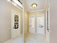Витражные двери из массива клена в белом цвете