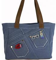 Женская сумка голубого цвета из джинсовой ткани и кожзаменителя украшенная стразами и брошками