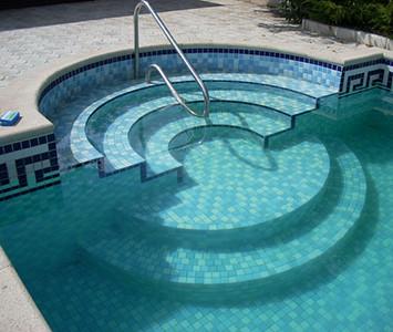 Лестница в бассейне— необходимый атрибут