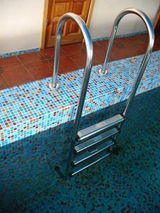 Виды лестниц и их установка в бассейн