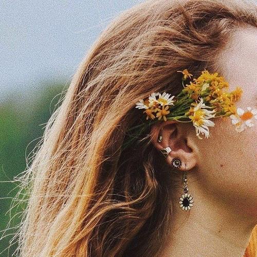 Цветы в женских волосах