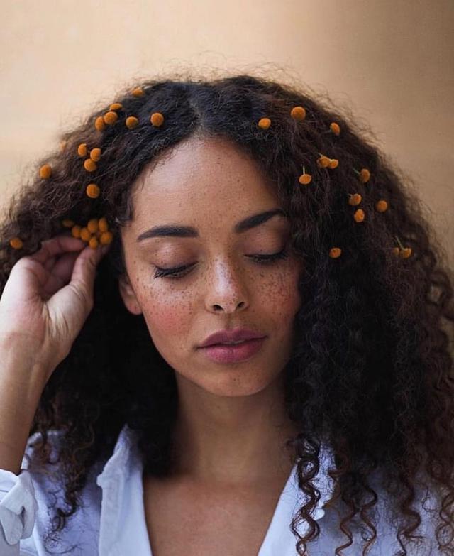 Как украсить волосы цветами