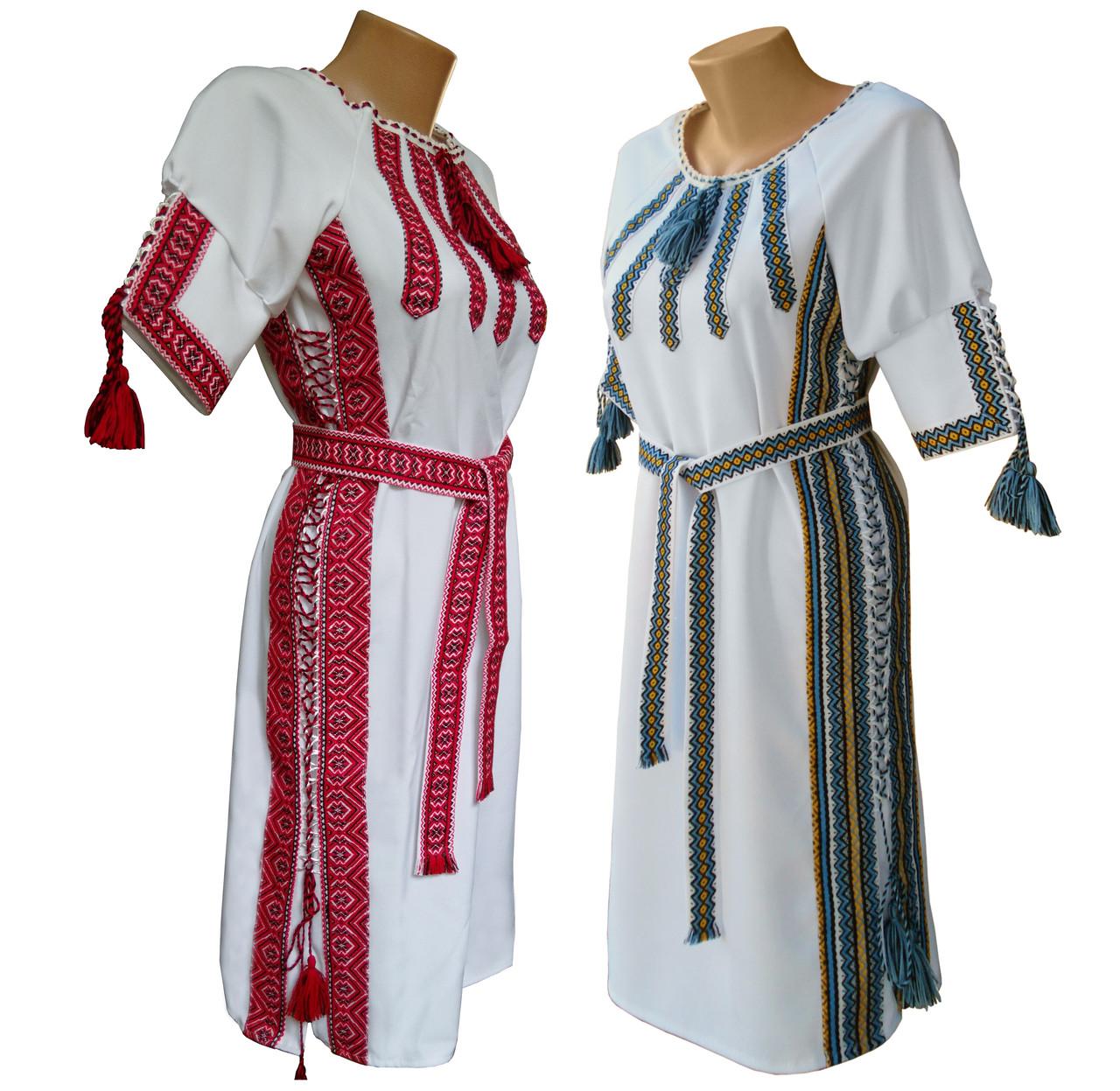 Подростковое вышитое платье с поясом в белом цвете с геометрическим орнаментом