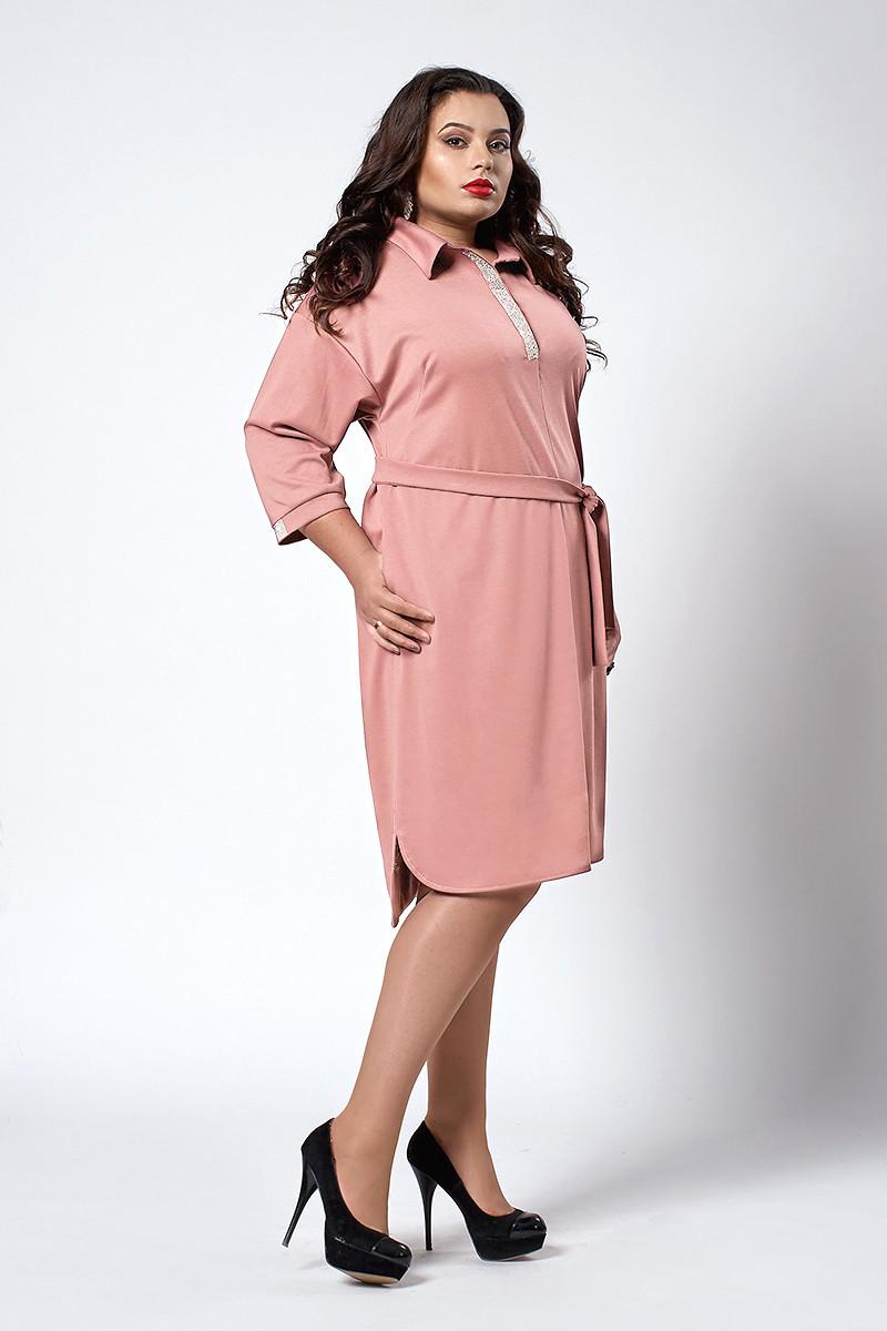 Модное женское платье-рубашка с поясом пудрового цвета