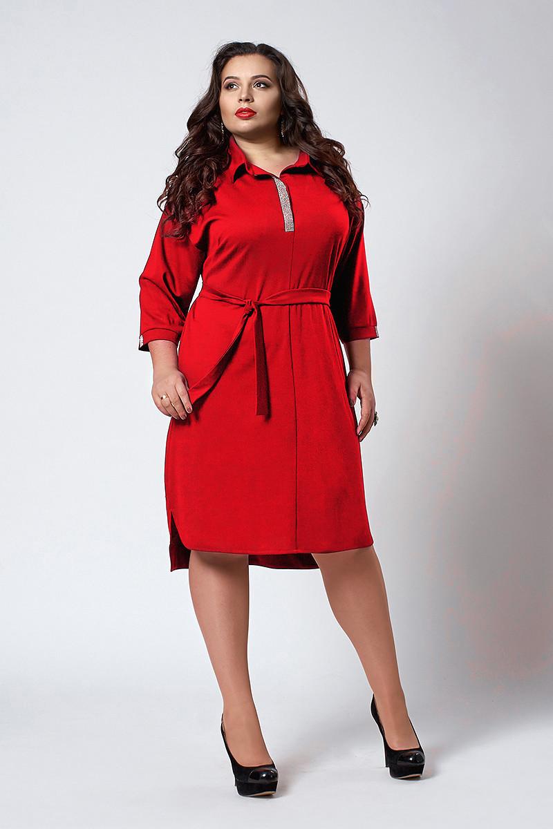 Женское платье-рубашка декорировано камнями, красного цвета