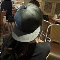 Кожаная черная кепка без надписей с прямым козырьком Snapback