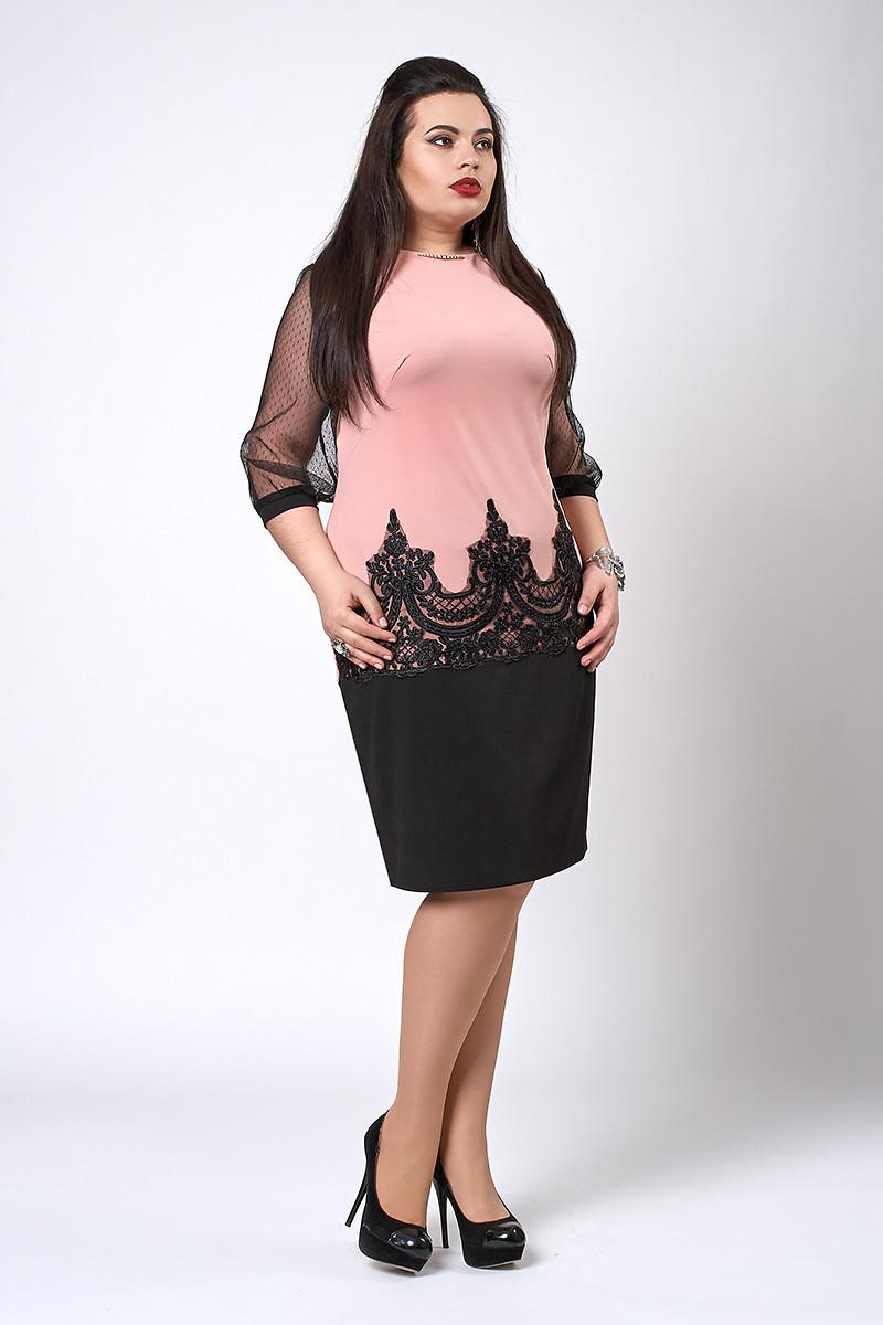 Модное женское платье украшено кружевом, пудровое