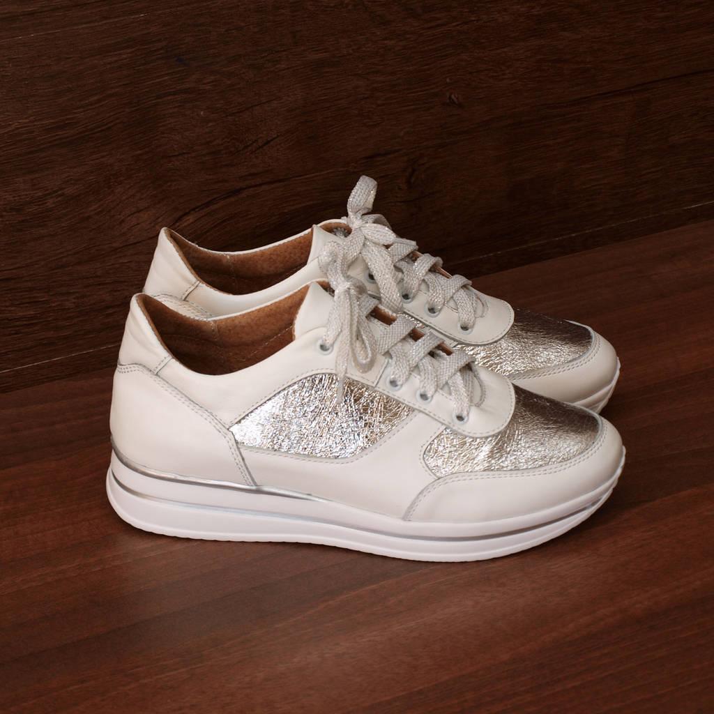 80962  Женские кроссовки повседневные на светлой подошве. Белые из натуральной кожи с серебристым