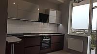Кухня с фасадами крашенными и шпон венге