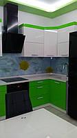 Кухня с фасадами мдф в краске, пеналом и столешницей кварц