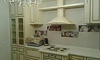 Классическая кухня с барной стойкой и фасадами в пвх и золотой патиной