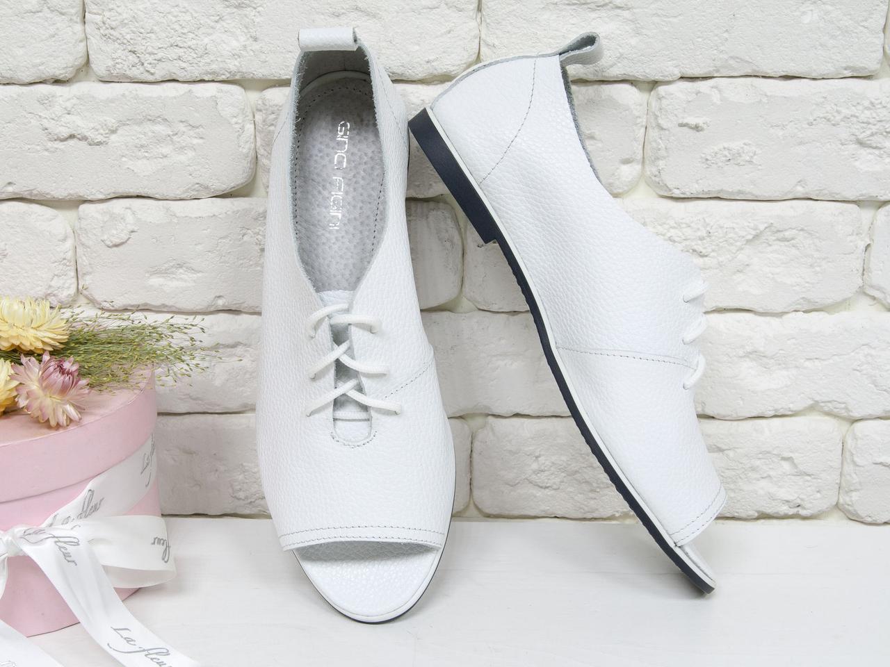 Легкие женские туфли на тонкой черной подошве из натуральной кожи флотар белого цвета.