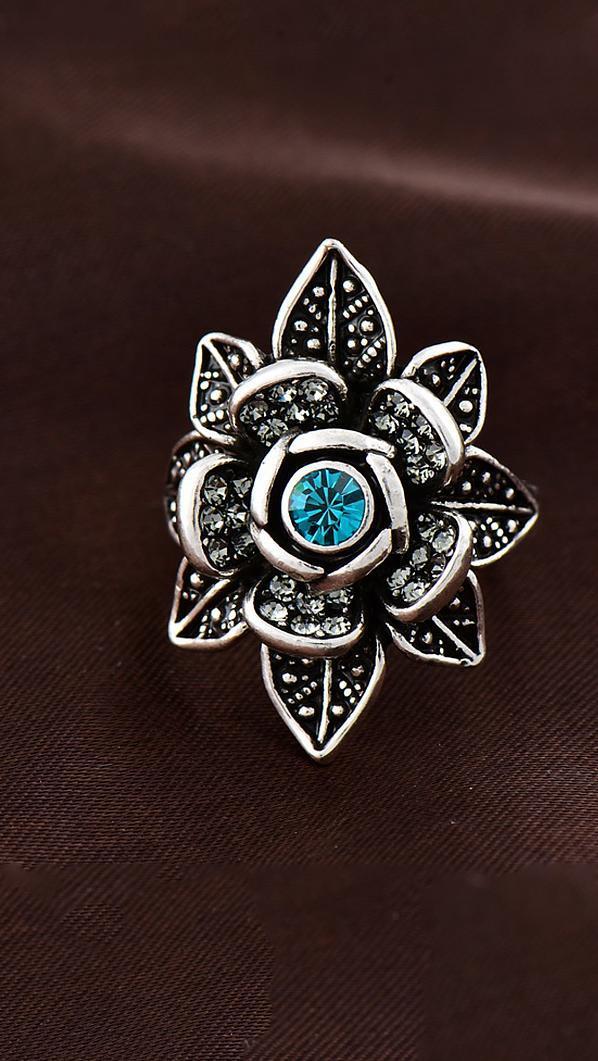 Великолепное кольцо черненое серебро с голубым фианитом