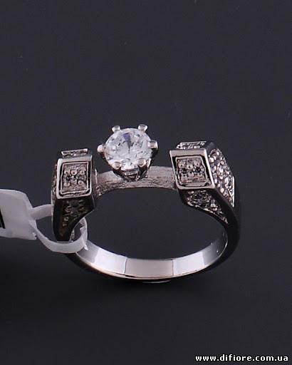 Необычное кольцо с фианитами