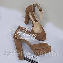 Женские бежевые замшевые босоножки на высоком каблуке