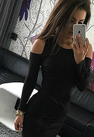 Стильное платье декорировано вырезом на плечах черное