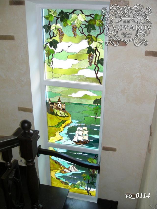 витражные окна на лестничном марше