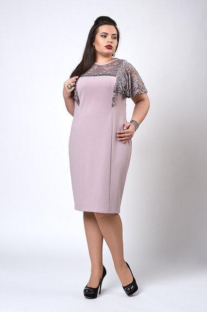 Молодежное пудровое платье полу-батальных размеров, с гипюровыми рюшами