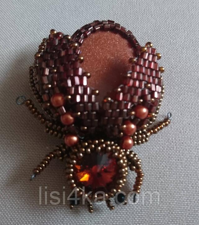 Бронзовая брошь в форме жука с натуральным камнем авантюрином