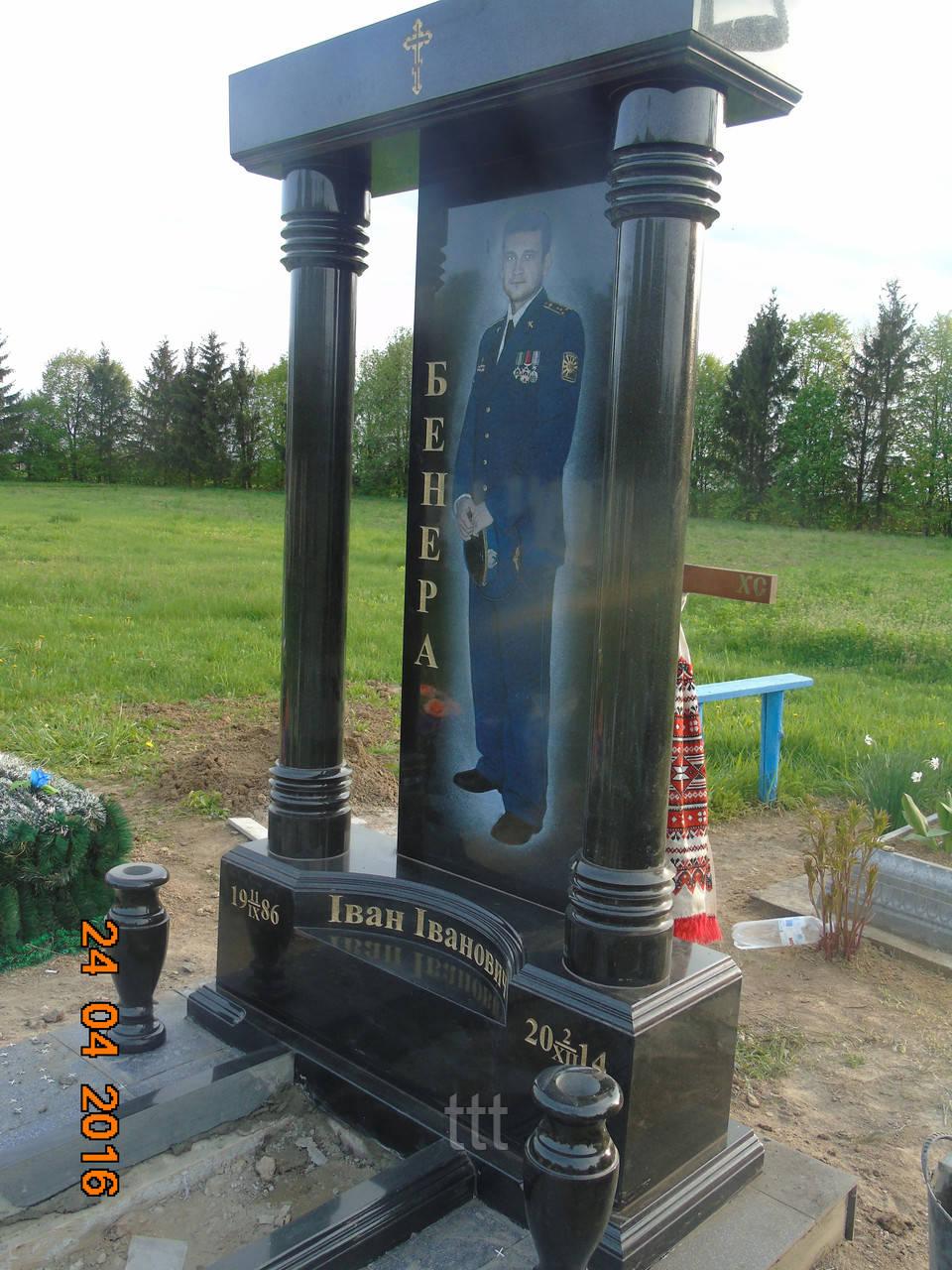 Памятник с колоннами  Бойцу АТО №2
