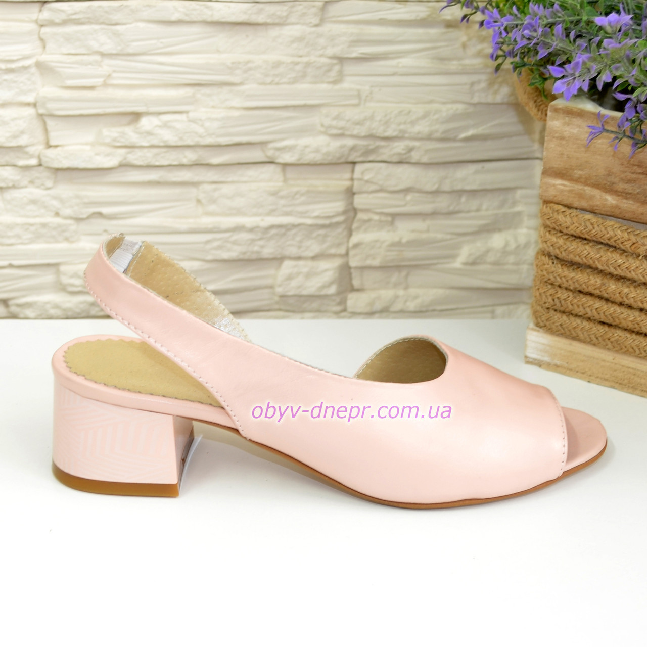 Женские босоножки на невысоком каблуке, цвет пудра