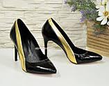 Классические женские лаковые туфли на шпильке, цвет черный/золото, фото 2