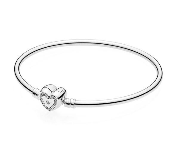 Серебряный жесткий браслет Пандора  бангл с застежкой в виде сердца