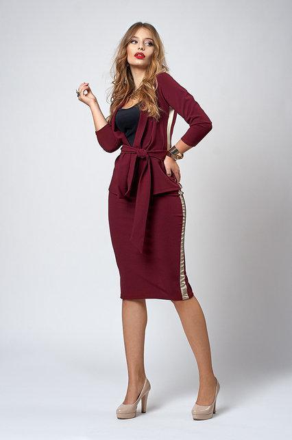Красивый стильный костюм - юбка и жакет с брошью