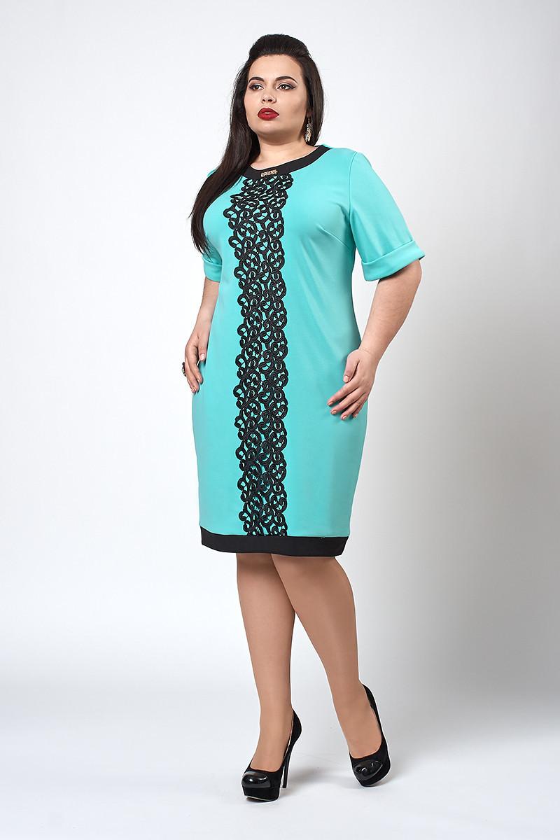 Женское платье украшено кружевом, бирюзовое