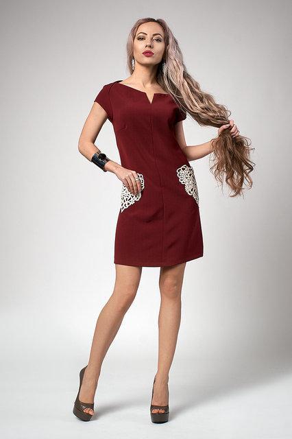 Стильное женское платье с ажурными карманами