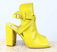 Босоножки кожаные желтые на удобном каблуке, фото 1