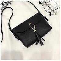 Красивая маленькая кожаная женская сумка сумочка клатч кошелек с кисточками длинным ремнем чёрная