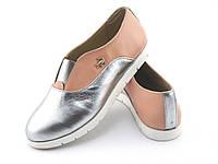 Кожаные женские туфли без каблука. реплика lacoste. цвет пудра + серебро 39