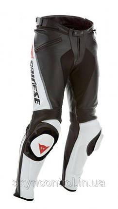 Мотоциклетні шкіряні штани Dainese Delta Pro С2 чорно-білі мотоекіпіровка, фото 2