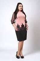 Женское платье декорировано кружевом