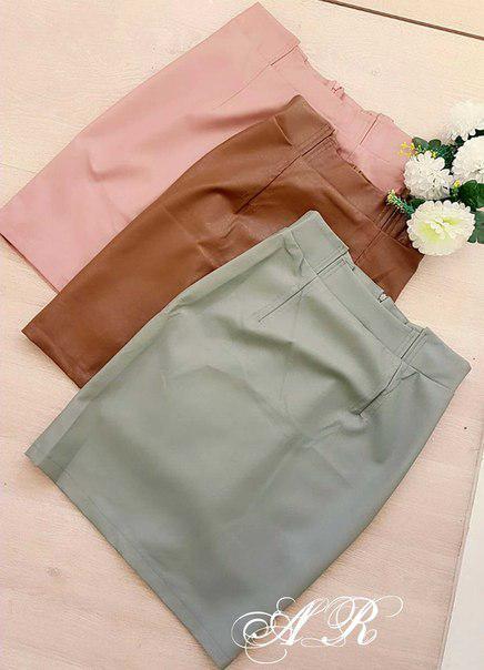 Классическая облегающая юбка из экокожи с разрезом сзади 42-44 р