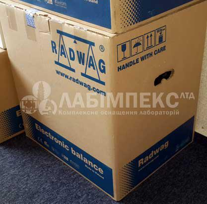 Аналитические весы АS 60/220.R2 упакованы в индивидуальную крепкую упаковку и картонную коробку с ручками.