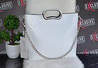 Женская белая кожаная сумка с металлическими ручками.