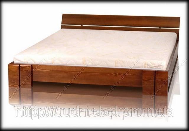 Двуспальная кровать с деревянным каркасом