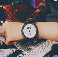 Модные наручные мужские часы с черным ремешком