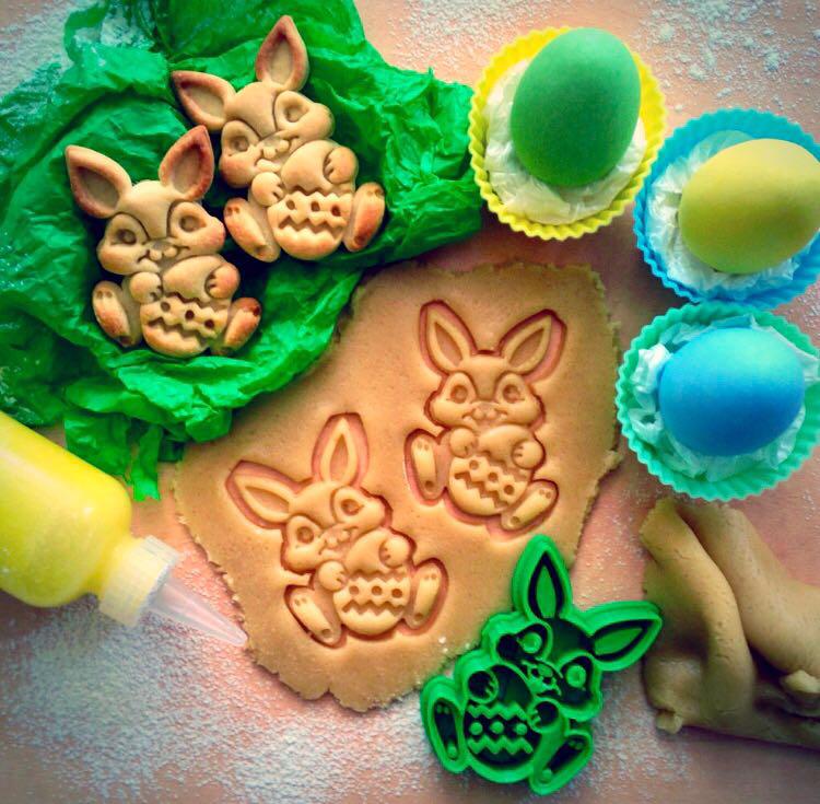 Вирубка для печива великодній кролик з яйцем