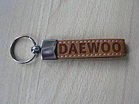 Брелок хлястик Daewoo 117мм 18г светло коричневый №1 с кольцом на авто ключи Деу Дэу рыжий ремешок