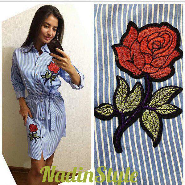 Платье рубашка свободная с нашивками цветок и поясом