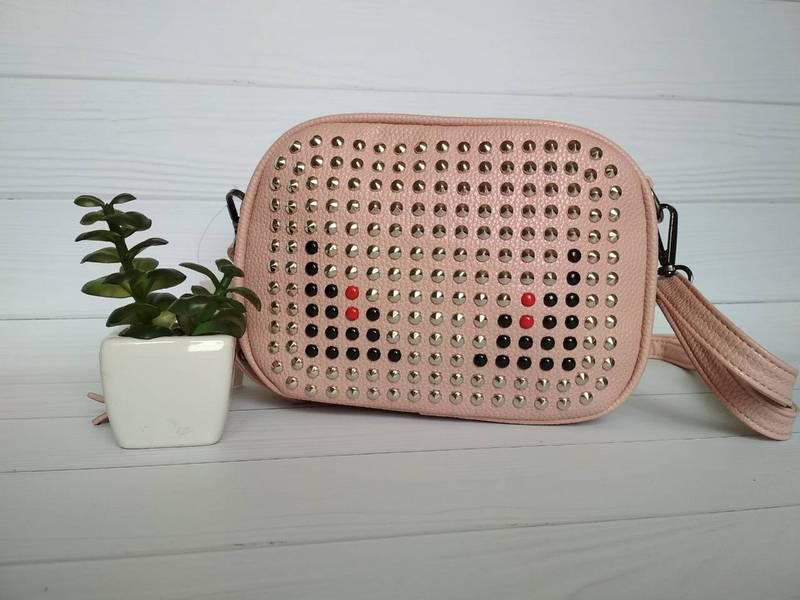 Стильная сумочка с металлическими заклепками пудрового цвета