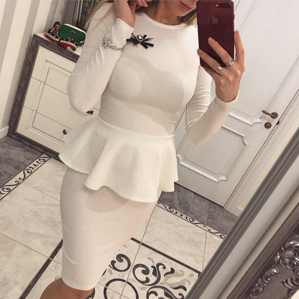 Стильный женский костюм с  баской и юбкой из жаккарда белый  ХС