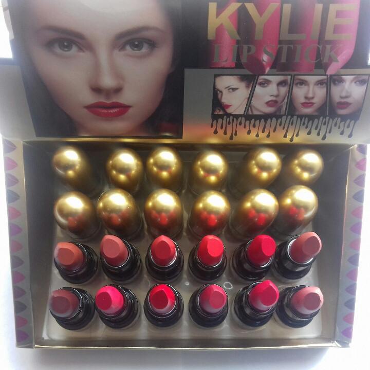 Упаковка помады Kylie matte lipstick 24 шт/уп
